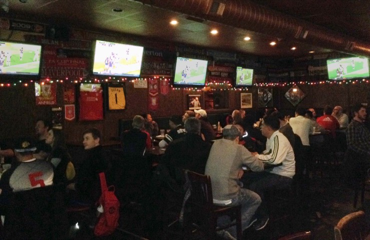 Patrons at Chicago's Globe Pub watch the 2014 MLS Cup Final. Nick Kariuki/ Medill